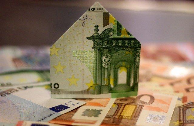 Haus aus Geldscheinen gefaltet