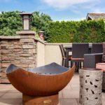Frisch sanierte Terrasse mit Möbeln